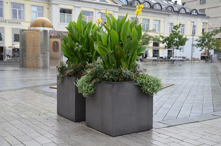 Otto betongunre fra Hallabroplast, Drammen torg